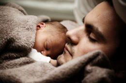 vater mit Sohn am Einschlafen